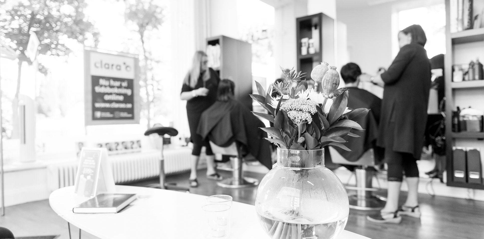 Stor stämningsbild Clara en frisörsalong