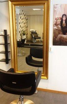 Studio siss. Frisörstol och spegel i salongen